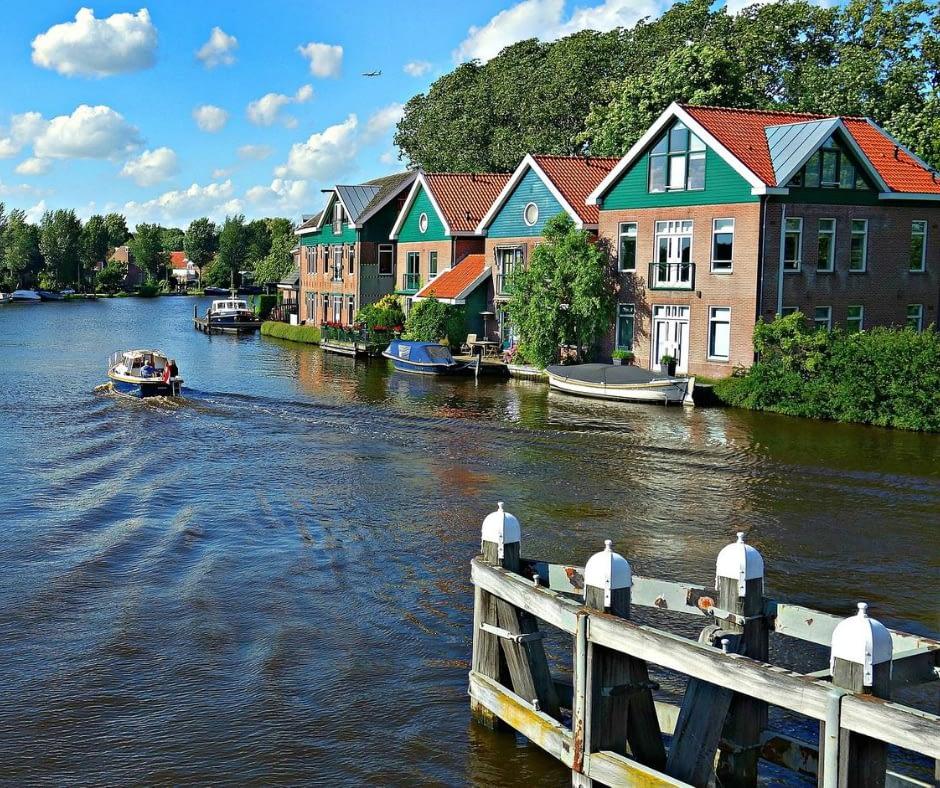 Ouderkerk-Aan-De-Amstel-village-canal