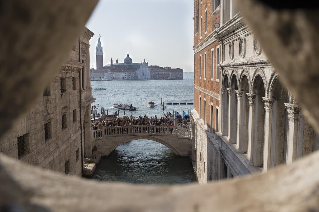 bridge-of-sighs-inside-view-of-city