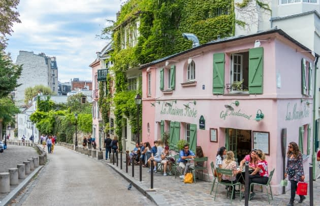 tourists-relaxing-in-the-street-of-Montmartre