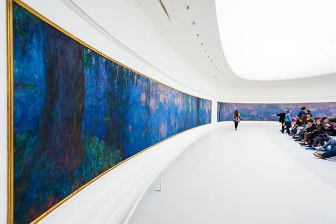 Tourists-admiring-the-paintings-at-the-Musee-de-L-Orangerie