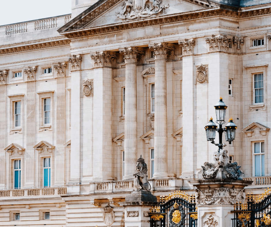 front-view-of-the-buckingham-palace