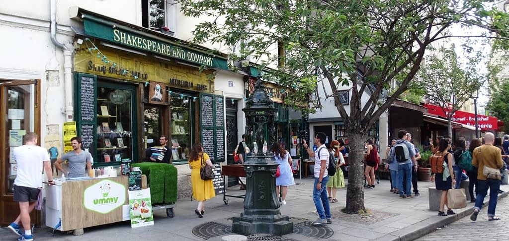 Busy-street-in-front-of-the-infamous-Shakespeare-and-company-bookstore-in-Paris