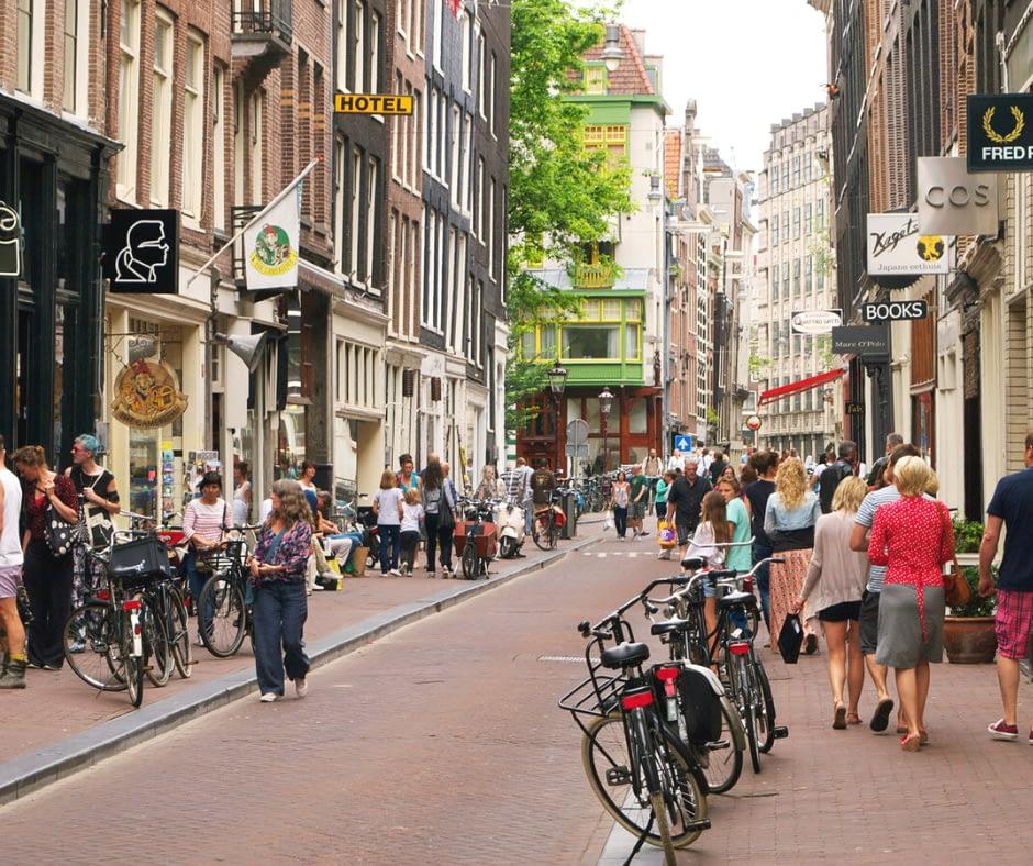 Busy-street-in-De-Negen-Staratjes